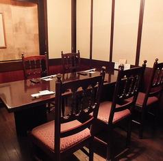 高級感溢れる和空間に、6名様までご着席可能なテーブル席がございます。ご友人との飲み会や、ご家族とのお食事など、日常使いでお気軽にご利用ください。