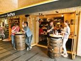 入り口もガラス張りのカジュアルな雰囲気ながらおしゃれに楽しめる空間♪樽をテーブルにして立ち飲みも可能!