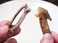 大きい方の身を。折った所から口に入れ歯にはさんで引き抜くと身だけが抜けます。残った身も食べましょう!最初に折った短い方の手羽先も食べれます。