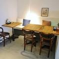 噴水やマントルピース(暖炉のインテリア)の正面にあるテーブル席