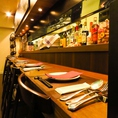 ゆったりとくつろげるカウンター席は、デートやお一人様に◎キッチンの臨場感も味わえます。
