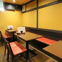 【4名テーブル×3卓】ゆったり座れるテーブル席。ビジネスでの接待や、ご家族、お仲間内など、様々なシーンでご利用ください。店内の雰囲気を愉しみながら、落ち着いた時間をお過ごしいただけます。