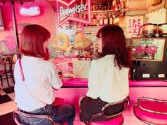 かわいいピンクとアメリカンスタイルが特徴の店内です。ダイナースカフェのカウンターは映画のワンシーンのようで、雰囲気は最高です!是非ご利用下さい♪