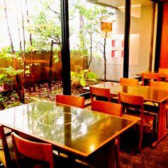 【2階】外の景色を楽しみつつ、ゆったりできるテーブル席。