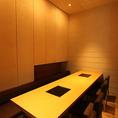 温かみのある照明の光が落ち着くテーブル席半個室は、5~8名様までご着席いただけます。カーテンで仕切りを入れるタイプのお席で、会社仲間との飲み会や女子会など、仲間内での気軽なお集まりにおすすめ。ご利用人数はスタッフまでお気軽にご相談ください。
