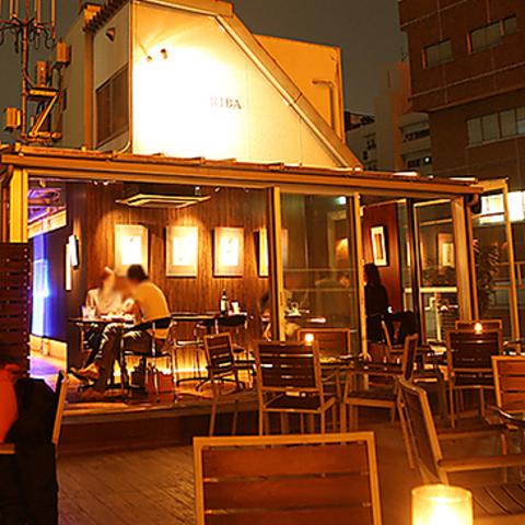 ビルの屋上にある東京タワー付近の開放的な幻想的空間タワービューレストラン