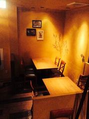 【2階フロア】テーブル席明るい、ビタミンカラーの壁にはイタリアらしく、オリーブの木やぶどうの木などが描かれていて穏やかで暖かい雰囲気♪♪♪女子会や、気の合う仲間での飲み会などにオススメ!!