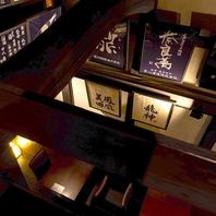 日本酒常時40種以上!日本酒銘柄の額が飾られた店内。