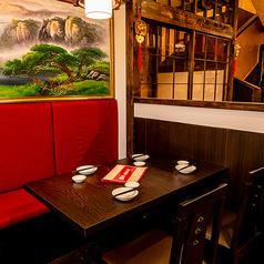 【お食事/ちょい飲みに最適のテーブル席】 中華の定食が食べたい、ちょっと飲んでから帰りたい、そんな気分の時に個室しかないお店だとちょっと抵抗感がでてしまうもの。そんな時にオススメの開放的なテーブル席もございます。
