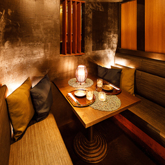 ゆったりとお寛ぎいただけるソファータイプのお席もご用意しております。こだわりの内装が極上の和装空間を演出してくれます。デートや記念日など、2人だけのプライベートな空間をお楽しみください。