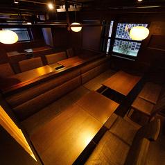 4名様から30名様までご利用いただけるテーブル席。暖かみのある照明が語らいと落ち着きある空間をご提供いたします。団体様でのご宴会を希望のお客様におすすめのテーブル席となっております。もちろん、少人数でのご利用にも最適です。