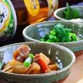料理メニュー写真筑前煮、玉こんにゃくピリ辛煮、ポテトサラダ