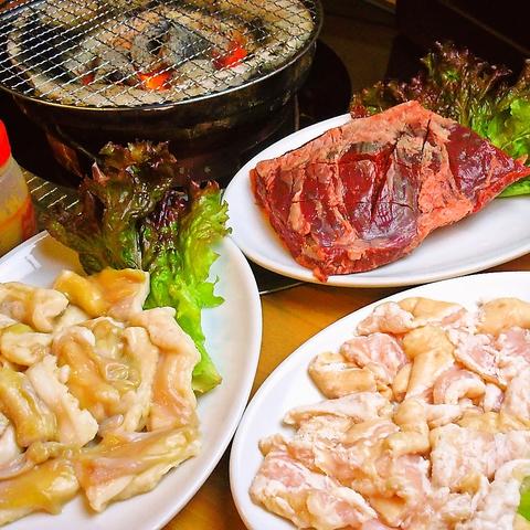 牛、豚のホルモンを取り扱っており、カルビや牛ロースはとろける食感を味わえる。