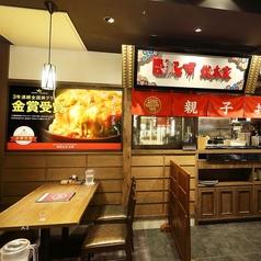名古屋名物のお店ごとにキッチンが分かれる店内。それぞれ運ばれる料理を見るのも楽しい♪