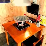 各テーブルにテレビを設置