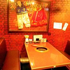 ボックス席の別角度のお写真です。隣のお席との間隔も広く取っており、片側が壁なので、落ち着いてお食事を楽しんでいただけます。