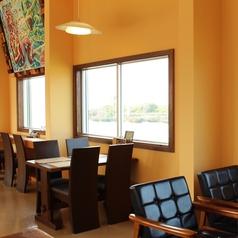 全席オーシャンビューの店内、海側の窓から見える風景は一幅の絵画のよう…