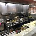 理路整然として、キレイ!歴史のあるお店の店主のこだわりが感じられる厨房、ここで生駒軒の絶品の中華がつくられています。