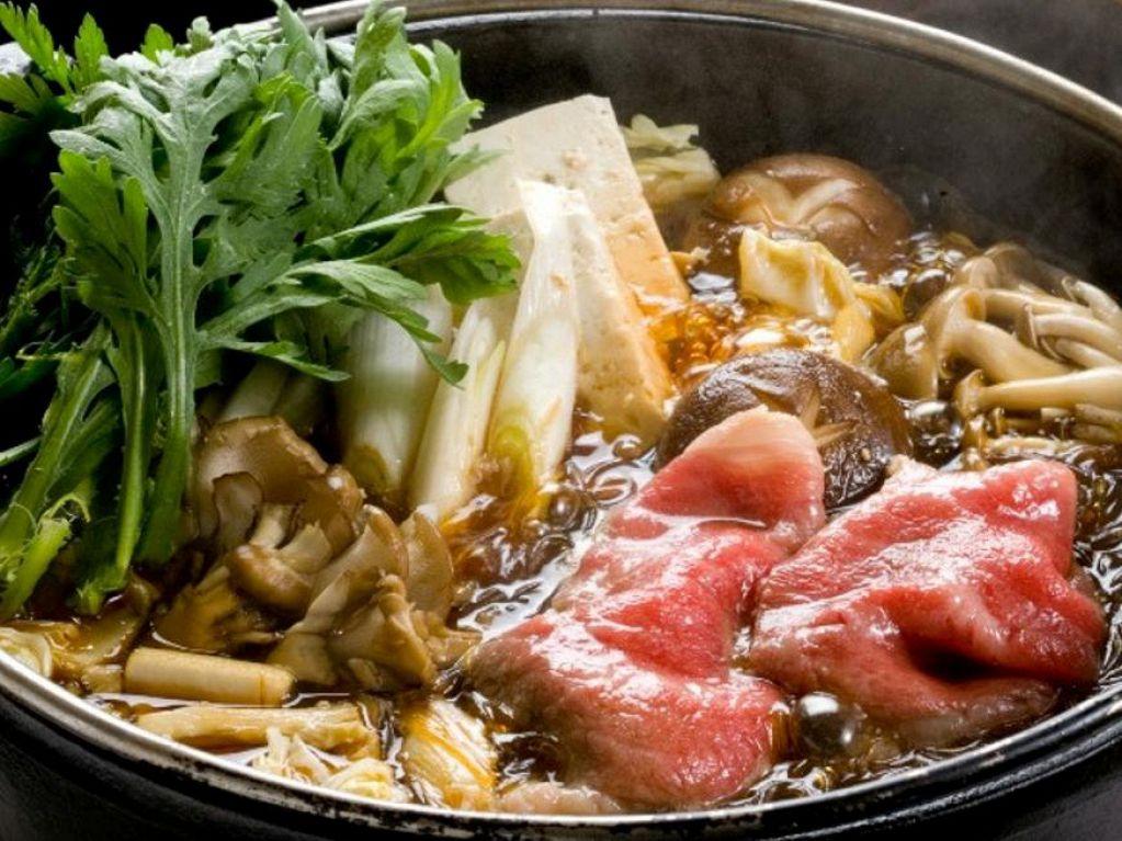 全コース5名様以上の場合、プラス210円ですき焼きも食べ放題!口の中でとろけるお肉をぜひ!