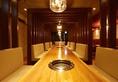 樹齢500年の最高級木材ウォールナットを使用した一枚板の自慢のお席です。4名から最大16名までご対応できます!