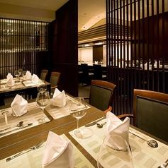 恋人やご夫婦でのデート、ご家族のお祝い事、親しい間柄での食事会など、さまざまなシーンに最適なテーブル席。
