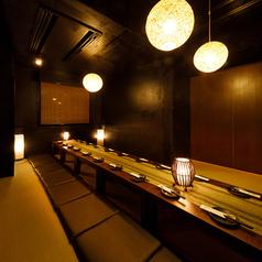 扉付き完全個室でお寛ぎいただけるお座敷個室。当店でも大変ご好評いただいております。JR各線とビル街を眺めることができる唯一の個室となりますので、優雅な気分にひたりながら旨い料理と旨い酒をお楽しみいただけます。