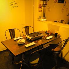 2名様でご利用の場合は距離が縮まる2名席とゆったりとした4名席のどちらでもご利用可能です。デート・記念日などのサプライズも対応可能です◎