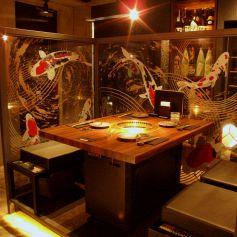 テーブル半個室はオシャレなアートと共に。