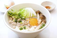 料理メニュー写真タイ雑炊「カオトム」 あっさりやさしいチキンスープ風味 *ミニジャスミンティー付