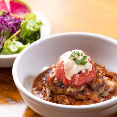 料理メニュー写真ハナオ・ロコモコ 丸ごとトマト・デミトマトソース★サラダ・海藻スープ付き
