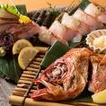 大阪府中央市場はもちろんの事、「北海道 函館」・「鳥取 境港」・「高知 宿毛」などの漁港から直送で送られてくる鮮魚も盛り沢山!魚を知り尽くした職人が美味しい料理をお届けします。