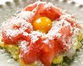 料理メニュー写真手打ちタリアテッレのカルボナーラにたむらのタマゴ(卵黄)とパルマ産熟成生ハムのスライスをトッピング!