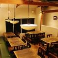 【約25名様OK2階フロア】木のテーブルと緑のベンチソファーが落ち着くカフェのような雰囲気◎女子会やママ会、会社の仲間とワイワイ飲み会にも!貸切もご相談下さい。