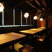 窓側の人気のお席!ランプが反射して雰囲気漂う空間に♪