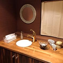 洗面所もこだわりが見られます♪タイルの鏡がすごくかわいいんです!!