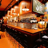 カウンター席はデートや、友人とゆっくり語らいたい時にぴったりです!オシャレな雰囲気溢れる店内でワインをお楽しみいただけます。