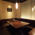 テーブル席はカジュアルながらも洗練された空間。