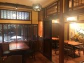 【ゆったりとしたテーブル席】風情のある中庭を見渡せる円山町わだつみメインフロア。最大20名様の宴会でご利用頂けます。4名様×5テーブルでゆったりとおくつろぎ下さいませ。