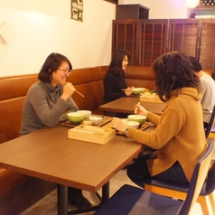 2名様よりお掛けいただけるテーブル席を8卓ご用意しております。壁際のお席はソファーとなります。