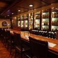 【カウンター】8~10名用。じっくりお酒を楽しむならこちら、大人の雰囲気満点のバーカウンターで。お一人様のご来店ももちろん大歓迎!お酒の銘柄にもこだわっているのでお好みのお酒がきっと見つかります(日本橋 居酒屋 ランチ 洋食 パーティー 貸切 個室 隠れ家 飲み放題 ダイニングバー)