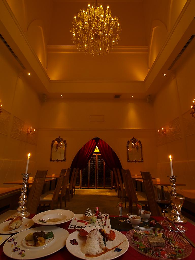 入口からではわからない、奥に広がる高級感あふれるレストランフロアは個室風。20名様以上で貸切OK!