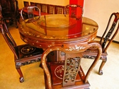 テーブルや椅子も中国製の重厚感ある家具。