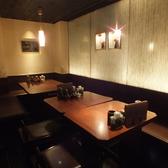 上品な雰囲気でくつろげるテーブル席をご用意。人数に合わせてレイアウト変更も可。宴会もお任せ下さい。