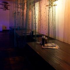 間接照明が落ち着いた雰囲気のテーブル!テーブル席は10人以上でのご利用も可能です。