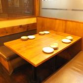広々としたテーブル席は2名様~ご案内いたしております!少人数での女子会やお友達との飲み会などに最適なお席です。シーンを選ばずご利用して頂けます!横浜駅から徒歩5分と好アクセスですので、横浜での飲み会の際にはぜひお待ちしております![横浜東口 居酒屋 飲み放題 炭火焼 宴会 会食 完全個室 掘りごたつ]