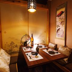 デートや記念日向けの個室。扉付き完全個室のプライベート空間です!ゆったりとお寛ぎくださいませ。飲み放題付き宴会コースは3980円(税抜)~♪和の雰囲気を感じる個室空間で旬の美食をご堪能ください!