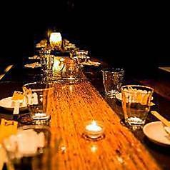 3~4名様までご着席いただける席が2卓ございます。テーブル同士を繋ぐことができますので、最大8名様のご予約にも対応いたします。手荷物の多い方でもお気軽にご利用いただける、広々とした足元空間の掘りごたつ席。女子会や各種お集まりにぴったりの空間でお客様をお待ちしております。至福のひと時をお過ごしください。