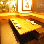 横浜駅徒歩5分!こだわりの炭火焼き鳥やたっぷり150分の飲み放題など、充実のご宴会メニューをご提供しております!広々としたテーブル席は2名様~ご案内いたしております!他にも、お一人様でも気軽に立ち寄れるカウンター席や最大40名様までご案内可能な宴会向けの掘りごたつ個室など、様々なお席をご用意しております