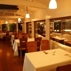 カップルや団体でもご利用いただけるテーブル席は、様々なニーズに合わせ変更可能!夜景の見えるカップルシートもございます!
