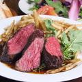 料理メニュー写真アンガス牛赤身肉とポテトフライのステーキフリット